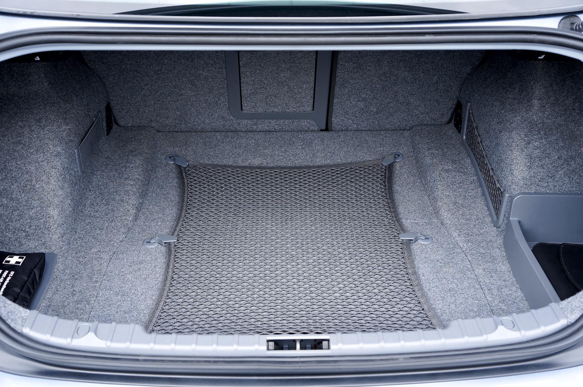Отличия резиновых и пластиковых ковриков в багажник